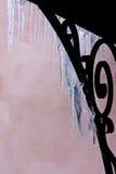 Transparente Eiszapfen, die vom Portal hängen Lizenzfreies Stockfoto