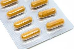 Transparente Gelatinekapsel der gelben Krautpillen in der Blisterpackung Stockfotos