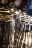 Transparente Gl?ser und Schalen trocken und auf der Kaffeemaschine aufgew?rmt Frische Kaffeetassen und Kaffeebohnen herum Hinterg stockfotografie