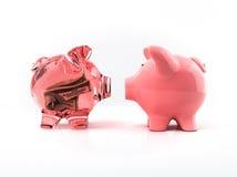Transparente piggy Querneigung mit Rechnung lizenzfreie stockfotografie