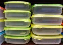 Transparente Plastiknahrungsmittelbehälter mit grünen Deckeln stockfotografie