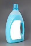 Transparente reinigende Plastikflasche lokalisiert auf Grau Stockbilder