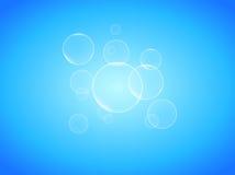 Transparente Seifenblasen auf realistischem Vektor des blauen Hintergrundfotos Lizenzfreie Stockfotografie