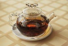 Transparente Teekanne mit schwarzem Tee Stockbild