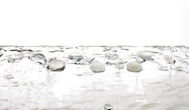 Transparente Tropfen des weißen Wassers der flüssigen Edelsteine Stockbild