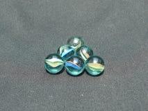 Transparente und farbige Glaskugeln Stockfotos