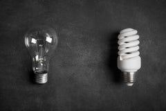Transparente und weiße (energiesparende) elektrische Birnen Stockbilder
