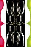 Transparente y las copas de vino rojo-verdes en el fondo blanco y negro con la reflexión Imagenes de archivo