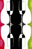 Transparente y las copas de vino rojo-verdes en el fondo blanco y negro con la reflexión Imagen de archivo