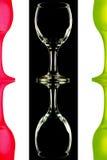 Transparente y las copas de vino rojo-verdes en el fondo blanco y negro con la reflexión Foto de archivo