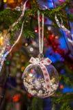 Transparenter Ball des Weihnachtsspielzeugs mit Innere der weißen Perlen ist hangin Lizenzfreie Stockfotografie
