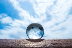 Transparenter Bereich des Glaserdballs stockfoto
