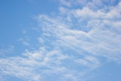 Transparenter blauer Himmel mit Wolken und atmosphärisch Lizenzfreies Stockfoto