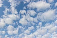 Transparenter blauer Himmel mit Wolkenmorgentag Stockbild