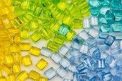 Transparenter gefärbter Plastik granuliert Stockbilder