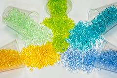 Transparenter gefärbter Plastik granuliert Stockfotos