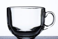 Transparenter Glasbecher auf Schwarzweiss-Hintergrund Stockbilder