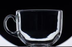 Transparenter Glasbecher auf Schwarzweiss-Hintergrund Lizenzfreie Stockbilder