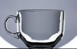 Transparenter Glasbecher auf Schwarzweiss-Hintergrund Stockfoto