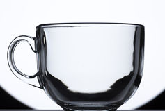 Transparenter Glasbecher auf Schwarzweiss-Hintergrund Lizenzfreie Stockfotografie