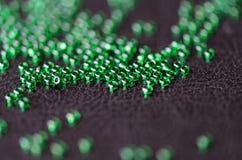 Transparenter grüner Samen bördelt auf einem dunklen Hintergrund Stockfotografie