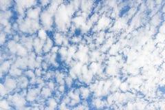 Transparenter Himmel mit Wolken Stockfoto