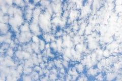 Transparenter Himmel mit Wolken Stockfotografie