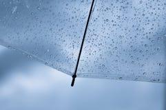 Transparenter Regenschirm mit Regentropfen Stockfoto