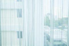 Transparenter Vorhang auf Fenster Stockbild
