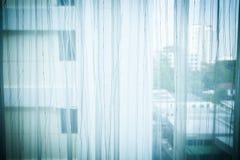 Transparenter Vorhang auf Fenster Stockfoto