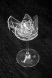 Transparentes gebrochenes Weihwasserbecken auf einem dunkel grauen Hintergrund große Zahl von Fragmenten des Glases Stockbild
