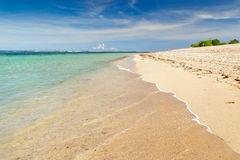 Transparentes Wasser über Sandstrand Lizenzfreie Stockfotos