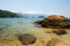 Transparentes Wasser und schöne Berge, Ilha groß, Brasilien Lizenzfreies Stockfoto