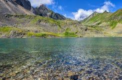 Transparentes Wasser von kaltem Gebirgssee Lizenzfreies Stockbild