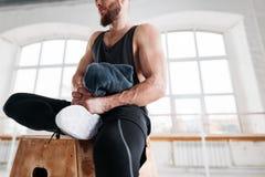 Transpiratie het geschikte atleet ontspannen in sportgymnastiek na intense training stock foto