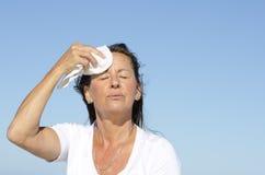 Transpiration mûre de tension d'exercice de femme Image stock