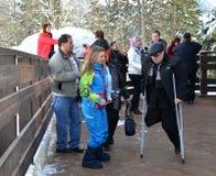 Transportów wolontariuszi pomagają fan z kalectwami w halnym gronie obrazy stock