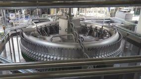 Transportör för vatten som buteljerar maskinen stock video
