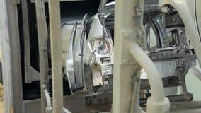 Transportörband med oavslutade bilkroppar som flyttar sig till annan avdelning stock video