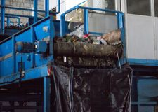 Transportören för att sortera avskräde, produktionen av sortering och återvinning av avskräde, bransch arkivbild