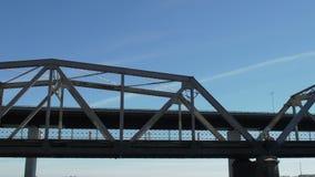 Transport över bron i morgonen arkivfilmer