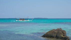 Transport łódź na dennej pobliskiej plaży w odległości z kamieniem w karimun jawie zdjęcie stock