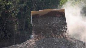 Transport żwir Ciągnik nalewa żwir przemysłowy zdjęcie wideo