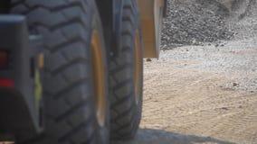 Transport żwir Ciągnik podnosi w górę żwiru przemysłowy zdjęcie wideo