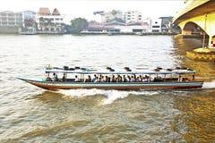 Transport auf dem Fluss in Bangkok im Sonnenaufgang in einer Fähre Stockfotografie