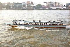 Transport auf dem Fluss in Bangkok im Sonnenaufgang in einer Fähre Lizenzfreie Stockfotos