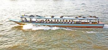 Transport auf dem Fluss in Bangkok im Sonnenaufgang in einer Fähre Lizenzfreies Stockbild