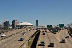 Transport-Autos auf einem zwischenstaatlichen in New Orleans stockbilder