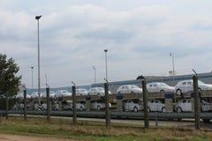 Transport av packade nya bilar på deras väg från en fabrik till nya ägare Royaltyfri Bild