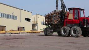 Transport bele, ciężarówka z belami, czerwieni ciężarowy przewożenie notuje przy tartakiem zbiory